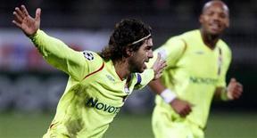 <p>O brasileiro Juninho Pernambucano comemora gol marcado pelo Lyon contra o Steaua Bucharest na Liga dos Campeões. 5 de novembro.REUTERS/Robert Pratta (FRANCE)</p>