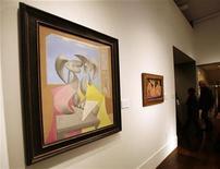"""<p>Foto de archivo de la obra de Pablo Picasso """"Deux personnages"""" en la casa de subastas Christie's, en Nueva York, 30 oct 2008. El cuadro formó parte de la venta de arte moderno e impresionista que se llevó a cabo el 6 de noviembre. REUTERS/Shannon Stapleton (UNITED STATES)</p>"""