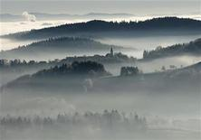 <p>Winter morning fog is seen in the valleys and hills over the village of Studencice, central Slovenia December 15, 2006. REUTERS/Srdjan Zivulovic</p>