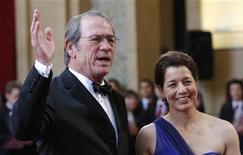 <p>L'attore Tommy Lee Jones con la moglie Dawn. REUTERS/Carlos Barria</p>