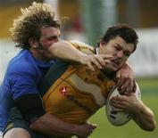 """<p>Adam Ashley-Cooper (destra) e Mirco Bergamasco durante l'incontro di rugby Italia-Australia, primo test match in vista del """"Sei Nazioni"""", giocato a Padova e perso dagli Azzurri 30-20. REUTERS/Daniele La Monaca</p>"""