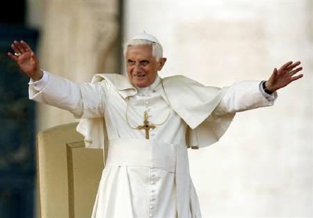 Pope Benedict XVI waves at the end of his general audience in Saint Peter's Square at the Vatican November 5, 2008. REUTERS/Giampiero Sposito
