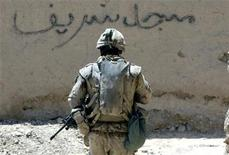 <p>A Canadian soldier from the NATO-led coalition walks through the village of Hajano Kali in Arghandab district, southern Afghanistan July 9, 2007. REUTERS/Finbarr O'Reilly</p>
