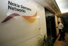 <p>Nokia Siemens Networks va supprimer quelque 1.820 emplois à travers le monde, essentiellement en Finlande et en Allemagne, dans le cadre de la mise en place de la dernière tranche d'un plan de réduction des coûts de deux milliards d'euros. /Photo d'archives/REUTERS/Ahmed Jadallah</p>