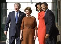 <p>Джордж Буш, Лора Буш, Мишель Обама и Барак Обама возле Белого дома 10 ноября 2008 года. Избранный президент США Барак Обама в понедельник отправился в компании жены в свою будущую резиденцию, где впервые встретился с президентом Джорджем Бушем уже в статусе победителя и нового хозяина Белого дома. REUTERS/Joshua Roberts</p>