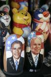 <p>Матрешки с изображениями Барака Обамы и Джона Маккейна на лотке в Москве 2 ноября 2008 года. Новоизбранный президент США Барак Обама сдержанно реагирует на выступления Кремля, демонстрируя менее личный подход к отношениям с российскими лидерами, чем его предшественник Джордж Буш REUTERS/Alexander Natruskin (RUSSIA)</p>