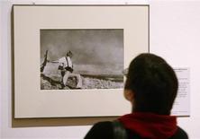 """<p>Visitante olha foto """"O Soldado Tombando"""", de Robert Capa, numa exposição em Londres. REUTERS/Arnd Wiegmann</p>"""