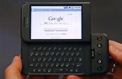 <p>Un telefonino in navigazione su Google REUTERS/Mike Segar</p>