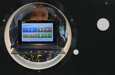 <p>L'Aspire One, le mini-ordinateur bon marché d'Acer qui a notamment permis au fabricant taiwanais Acer de s'emparer de la première en Europe occidentale dans le classement des ventes de PC au troisième trimestre, selon les chiffres du cabinet Gartner. /Photo prise le 4 juin 2008/REUTERS/Nicky Loh</p>