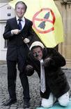 <p>Демонстранты в масках президента США Джорджа Буша и чешского премьер-министра Мирека Тополанека во время митинга протеста против размещения элементов ПРО в Чехии, Прага, 27 февраля 2008 года. Россия отклонила предложения США о сотрудничестве в сфере противовоздушной обороны в Европе и возобновит переговоры по этому вопросу уже с новой администрацией Барака Обамы, сообщило государственное агентство ИТАР-ТАСС со ссылкой на высокопоставленный источник в Кремле. REUTERS/David W Cerny</p>