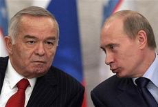 <p>Президент Узбекистана Ислам Каримов встречается с бывшим президентом России Владимиром Путиным в Кремле 6 февраля 2008 года. Узбекистан планирует прекратить членство в Евразийском экономическом сообществе (ЕврАзЭС), что можно рассматривать как шаг, направленный на улучшение отношений с Западом, сообщил источник в дипломатических кругах в среду. REUTERS/Pool/Alexander Nemenov (RUSSIA)</p>