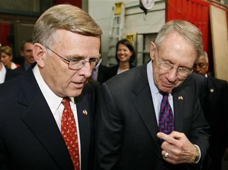 Democratic Senators Harry Reid (R) and Byron Dorgan talk in Bogota November 28, 2007. REUTERS/Daniel Munoz