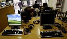 <p>Un uomo naviga sul web in un internet café. REUTERS/Andrea Comas (SPAIN)</p>