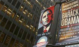 <p>A sign of congratulations hangs on a lamppost in front of the Kluczynski Federal Office Building (L) which houses Obama's transition office in downtown Chicago November 12, 2008. REUTERS/Kevin Lamarque</p>