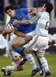 <p>Andrea Masi , autore dlela meta azzurra, placcato dagli argentini. REUTERS/Stefano Rellandini</p>