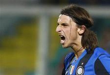 <p>O jogador Zlatan Ibrahimovic, do Inter de Milão, comemora após marcar gol durante partida contra o Palermo neste sábado. O Inter somou mais três pontos em sua vantagem na liderança pelo Camponato Italiano após vencer por 2x0. REUTERS/Tony Gentile</p>