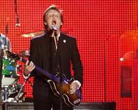 <p>Foto de archivo del músico británico Paul McCartney durante un concierto en Tel Aviv, Israel, 25 sep 2008. Una pista inédita y experimental realizada por la banda británica The Beatles podría hacerse pública 41 años después de ser grabada en los estudios Abbey Road de Londres, reveló Paul McCartney. REUTERS/Gil Cohen Magen</p>