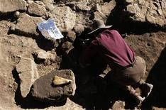 <p>In un'immagine di archivio un archeologo al lavoro. REUTERS/David Mercado</p>