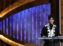 """<p>Foto de archivo del músico estadounidense Prince tras obtener el premio al mejor artista masculino en los premios NAACP en Los Angeles, EEUU, 3 mar 2007. Una compañía de perfumes que se asoció con el músico Prince para comercializar una fragancia """"3121"""" -nombrada como su álbum del 2006- demandó el lunes al músico por 100.000 dólares por no haber ayudado a promover el perfume. REUTERS/Mario Anzuoni</p>"""
