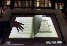 <p>Versione digitale del Corano realizzato in oro risalente al 1300 appartenuto al sultano Baybars, in un'immagine d'archivio. REUTERS/Stephen Hird</p>