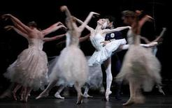 <p>Dancers of The Royal Ballet perform a scene from the new production of Swan Lake during a dress rehearsal at The Royal Opera House in Covent Garden, London, in this file photo from October 1, 2008. REUTERS/Alessia Pierdomenico</p>