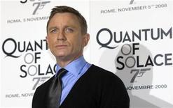 """<p>Foto de archivo del actor británico Daniel Craig durante el estreno de la cinta """"Quantum of Solace"""" en Roma, 5 nov 2008. La última cinta de James Bond """"Quantum of solace"""" recaudó otros cinco millones de libras esterlinas (7,52 millones de dólares) durante su tercer fin de semana en Gran Bretaña, a la vez que se mantuvo firme en el tope de las taquillas. REUTERS/Alessandro Bianchi</p>"""