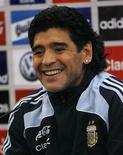 <p>Diego Maradona, técnico da seleção argentina, sorri durante entrevista coletiva em Glasgow, onde sua equipe enfrenta a Escócia em amistoso na quarta-feira. REUTERS/David Moir (BRITAIN)</p>