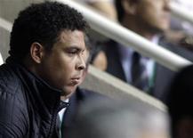 <p>Foto de arquivo do atacante Ronaldo assistindo a uma partida entre Brasil e Espanha pela Copa do Mundo de Futsal da FIFA, Rio de Janeiro. REUTERS/Sergio Moraes</p>