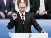"""<p>Премьер-министр РФ Путин произносит речь на съезде партии """"Единая Россия"""" в Москве, 20 ноября 2008 года. Россия направит более 50 миллиардов рублей на поддержку и спасение от возможных банкротств предприятий военно-промышленного комплекса, пострадавших от финансового кризиса, сказал премьер- министр РФ Владимир Путин. REUTERS/Alexander Natruskin (RUSSIA)</p>"""