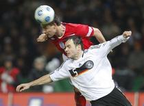 <p>O zagueiro inglês John Terry cabeceia para marcar o segundo gol da Inglaterra contra a Alemanha em Berlim. 19 de novembro.REUTERS/Johannes Eisele (GERMANY)</p>