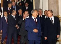 <p>Президенты государств СНГ прибыли на саммит в Москве, 30 ноября 2001 года Один из крупнейших инвесторов Грузии Казахстан рассчитывает усилить свое влияние на решение спора между Тбилиси и пророссийскими Абхазией и Южной Осетией, когда займет пост очередного председателя ОБСЕ. REUTERS/Pool AS/CLH/</p>