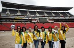 <p>Modelos posam para fotos no estádo Ellis Park, em Joanesburgo. O estádio será uma das sedes da Copa das Confederações da Fifa em 2009. 20 de novembro.REUTERS/Radu Sigheti</p>