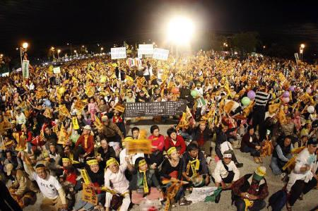 Supporters of former Taiwan president Chen Shui-bian gather during a night rally in Taipei November 22, 2008. REUTERS/Nicky Loh