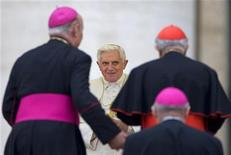 <p>Papa Benedetto XVI sorride ad alcuni cardinali in Vaticano. REUTERS/Max Rossi (VATICAN)</p>