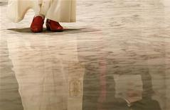 <p>Una foto particolare dell'arrivo di Papa Benedetto XVI all'udienza generale in Vaticano, ieri. REUTERS/Giampiero Sposito (VATICAN)</p>
