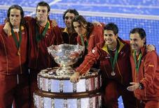 <p>A vitória da Espanha sobre a Argentina na final da Copa Davis de tênis foi comemorada pela mídia espanhola nesta segunda-feira como uma conquista em meio à adversidade. REUTERS/Fabian Luchessi</p>