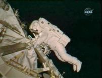 <p>L'astronauta della navicella spaziale Endeavour Steve Bowen in un momento della passeggiata nello spazio. REUTERS/NASA TV</p>