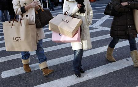 Shoppers walk with their purchases in the SoHo neighborhood of New York, November 22, 2008. REUTERS/Chip East