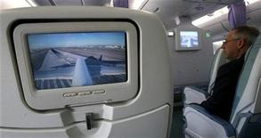 <p>A video screen displays the view from atop the tail section of an Airbus A380 as it moves to the runway at Los Angeles International Airport (LAX) before a two-hour test flight over Los Angeles November 29, 2007. REUTERS/Mario Anzuoni</p>