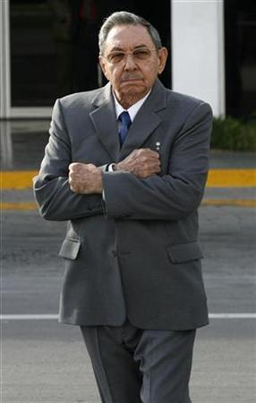 Cuba's President Raul Castro reacts to the chilly winds at Havana's Jose Marti airport during the departure of his Chinese counterpart Hu Jintao, November 19, 2008. REUTERS/Enrique De La Osa