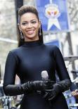 """<p>Cantora Beyonce canta em show ao ar livre em Nova York. Ela conquistou o primeiro lugar da parada de discos pop dos EUA pela terceira vez consecutiva com o álbum de estréia """"I Am... Sasha Fierce"""". REUTERS/Brendan McDermid (UNITED STATES)</p>"""