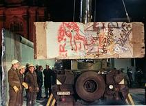 <p>East German workers load a section of the Berlin Wall onto a truck early December 22, 1989. Reuters/Juergen Schwarz</p>