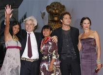 """<p>Elenco e diretor do filme """"Terra Vermelha"""" no Festival de Cinema de Veneza. REUTERS/Denis Balibouse</p>"""