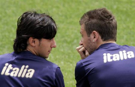 11月29日、国際的な調査で、世界で最もハンサムな男性はイタリア人との結果に。写真はサッカーイタリア代表のアントニオ・カッサーノ(右)とアルベルト・アクイラーニ(左)。5月、フィレンツェで撮影(2008年 ロイター/Marco Bucco)