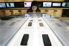 <p>Les fabricants sud-coréens de téléphones mobiles Samsung Electronics et LG Electronics ont réduit leur objectif de chiffre d'affaires en volume pour 2009 en raison du ralentissement économique mondial, selon le Maeil Business. /Photo d'archives/REUTERS/Han Jae-Ho</p>