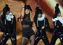 """<p>La estrella del pop Britney Spears se presenta en los premios Bambi en Offenburgo, Alemania 27 nov 2008. La victoria presidencial del estadounidense Barack Obama ha sido este año la noticia más buscada en yahoo.com, pero las palabras que dominaron el registro del sitio de internet fueron """"Britney Spears"""", informó el lunes Yahoo. REUTERS/Wolfgang Rattay</p>"""