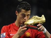<p>Foto de arquivo. Cristiano Ronaldo beija prêmio recebido por ter sido eleito o melhor jogador de 2008 pela Associação dos Jogadores Profissionais (FIFPro). REUTERS/Toby Melville</p>