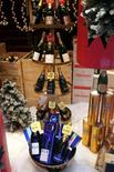 <p>Bottiglie di champagne con decorazioni natalizie.REUTERS/Charles Platiau</p>
