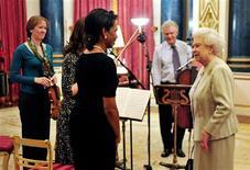 <p>La reina Isabel II habla con ala secretaria de Estado de EEUU, Condoleezza Rice, luego de un recital musical privado con mimebros de la Orquesta Sinfónica de Londres 1 dic 2008. Rice tocó el piano para la reina de Inglaterra Isabel II en el palacio de Buckingham el lunes, en un gesto de despedida antes del término de la administración de George W. Bush el próximo mes. El portavoz de Rice, Sean McCormack, dijo el martes que la principal diplomática estadounidense interpretó a Brahms y fue acompañada con violín por Louise Miliband, la esposa del secretario de Relaciones Exteriores de Gran Bretaña, David Miliband, junto con tres miembros de la Orquesta Sinfónica de Londres. REUTERS/John Stillwell/Pool</p>