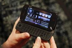 <p>Le mobile N97, équipé d'un écran tactile et d'un clavier alphanumérique, a été dévoilé mardi par Nokia. /Photo prise le 2 décembre 2008/REUTERS/Albert Gea</p>